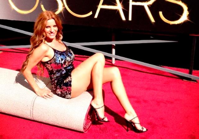 Sonia Monroy se acomoda en una de las alfombras del Dolby Theatre. | @soniamonroy