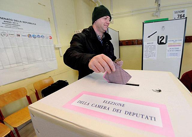 Un votante en Turín. | Efe