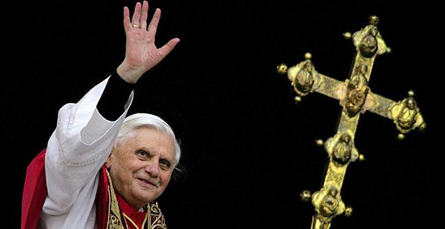 Benedicto XVI saluda desde una ventana de la Basílica de San Pedro. | Reuters