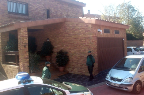 Agentes de la Guardia Civil ante el domicilio de Prat.   J. Antonio