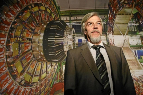 El director general del CERN, Rolf-Dieter Heuer, ante una imagen del LHC. | Getty