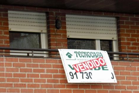 Imagen de archivo de un cartel de 'Vendido' colgado en la terraza de un piso.   EM