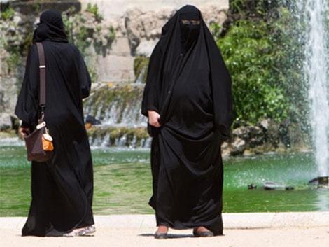 Mujeres en burka en el Parc de la Ciutadella en Barcelona. | J. Soteras