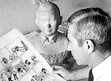 Hergé en su estudio, trabajando en una página de 'Tintín'.