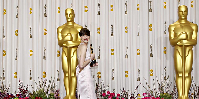 Anne Hathaway, con su Oscar, este domingo. | Reuters
