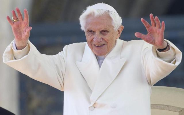 Benedicto XVI saluda a los peregrinos congregados en la plaza de San Pedro. | Efe