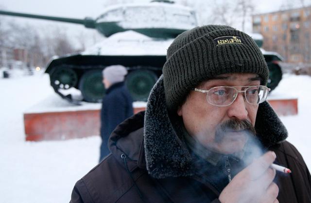 Un fumador en las calles de Krasnoyarsk, en Siberia. | Reuters