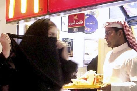 Una mujer saudí en un centro comercial en Riad. | Ap
