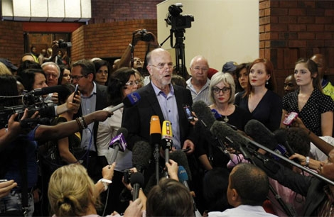 Arnold, tio de Pistorius, atiende a los medios. | Reuters