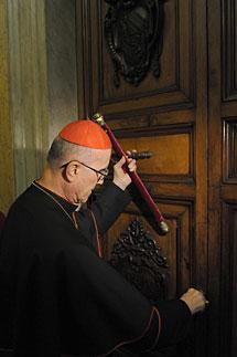 Bertone sella la puerta del apartamento papal. Efe