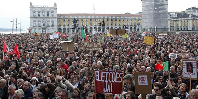 Manifestantes en la Praça do Comercio. | Reuters