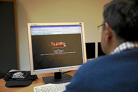 Imagen de archivo de un investigador de la FAP contra la 'piratería'. | Sergio Enríquez-Nistal