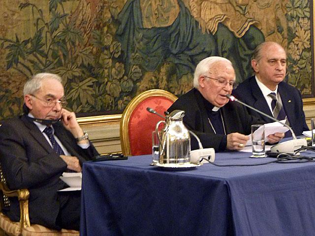 Fernández Díaz, con Cañizares y Amato en Roma.   Gonzalo Sánchez / Efe