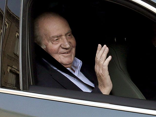 El Rey saluda al llegar a la clínica La Milagrosa. | Juanjo Martín / Efe
