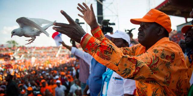 El primer ministro Odinga suelta una paloma durante un acto electoral en Nairobi. | Afp