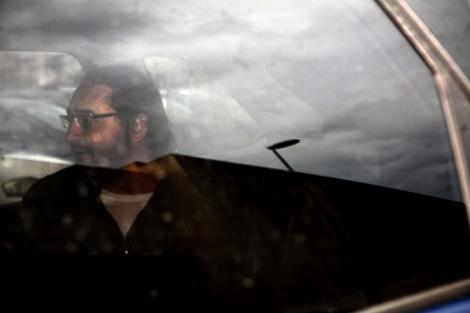 El parricida confeso, Luis Briz, sale del juzgado en un coche de la Policía. | E. Lobato