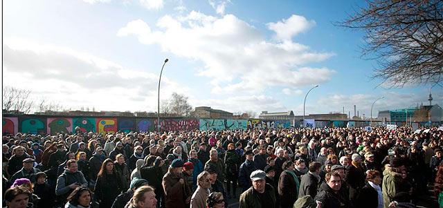 Protestas junto al tramo del Muro que iba a ser derruido. | Afp