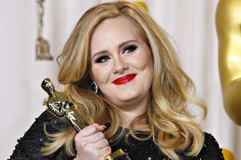 La cantante Adele, tras recoger su Oscar. | Reuters