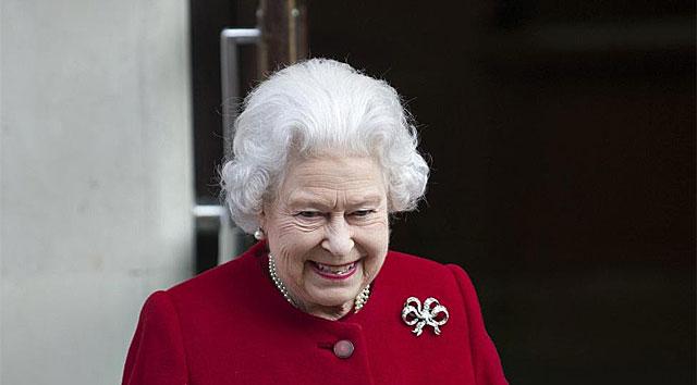 La reina Isabel II a la salida del hospital.
