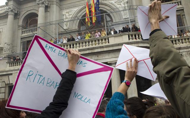 Protesta con sobres ante el Ayuntamiento de Valencia durante la mascletà. | Vicent Bosch