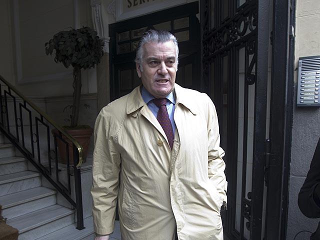 Luis Bárcenas a la salida de su domicilio.   Alberto Cuéllar