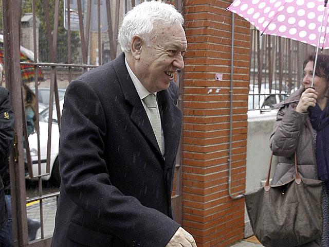 García-Margallo abandona la clínica tras visitar al Rey.   Ballesteros / Efe