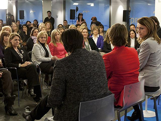 Cospeda, a la derecha, con las mujeres asistentes al acto en la sede del PP. | Tarek / PP