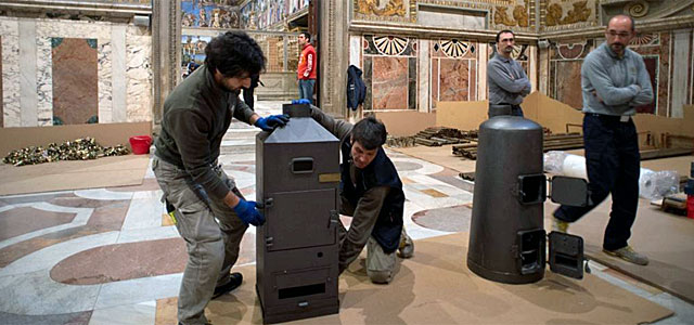 Unos operarios mueven las estufas.| Afp