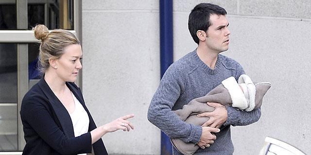 Marta Ortega y Sergio Álvarez, salen de la clínica con su bebé, este viernes.   Gtres