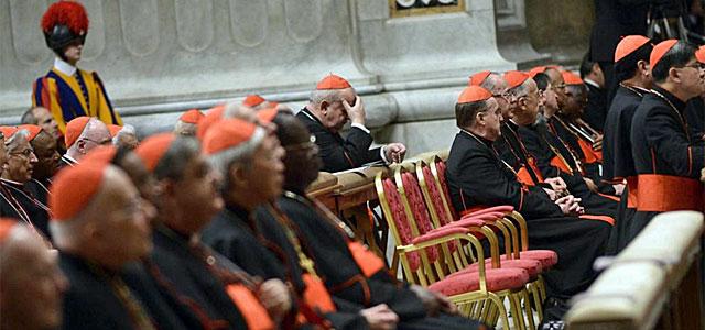 Varios cardenales rezan durante la Congregación.| Efe
