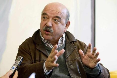 El psiquiatra Miguel Gutiérrez durante una entrevista en Vitoria.   Efe
