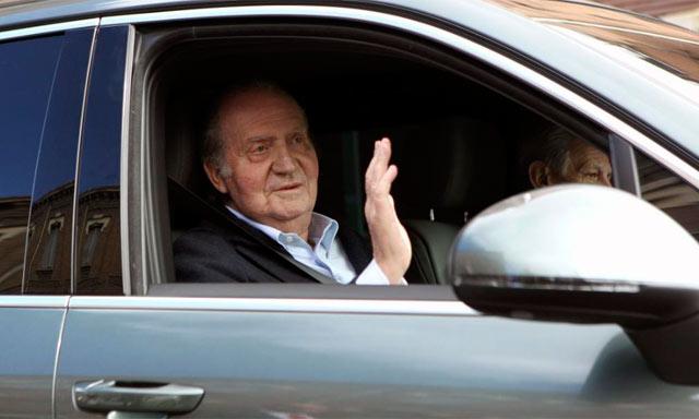 El Rey saluda tras abandonar la clínica.   Efe