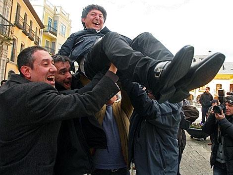 Folgueral, manteado por sus compañeros, tras la moción en Ponferrada.   César Sánchez