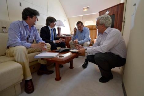 Mariano Rajoy reunido durante un vuelo en 2012. | Presidencia del Gobierno