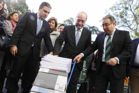 Bendodo, De la Torre y Zoido con las firmas contra el tranvía. | J. Domínguez