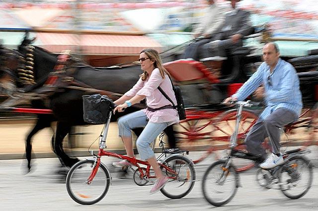 Dos aficionados a la bicicleta en Sevilla. | Fernando Ruso