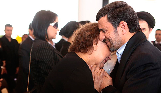 El presidente iraní consuela a la madre de Chávez.   Efe