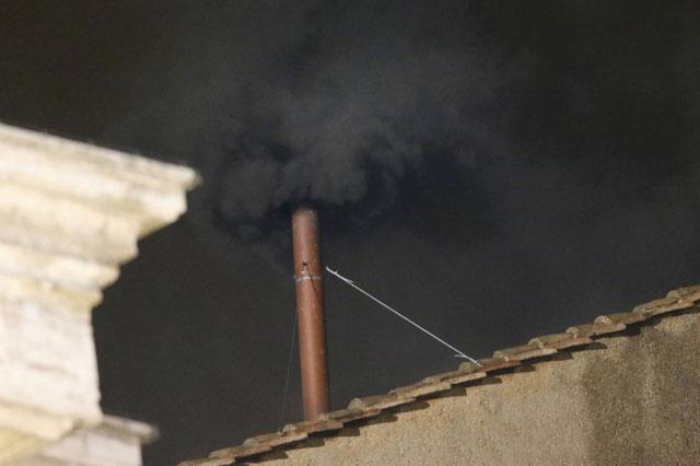 Imagen de la primera fumata negra del Cónclave.| Reuters