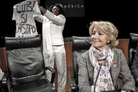 La presidenta del PP de Madrid, Esperanza Aguirre (d), y la portavoz de las Damas de Blanco de Cuba, Berta Soler, durante el acto.   Efe