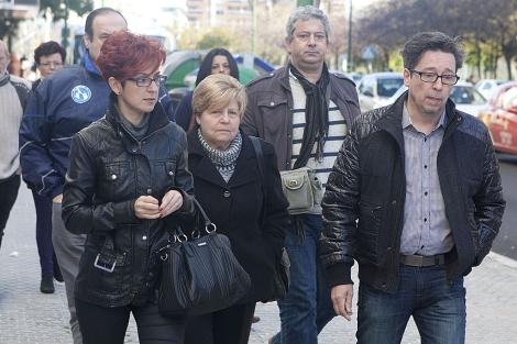 En el centro, la madre del fallecido Carlos Parra. | Conchitina