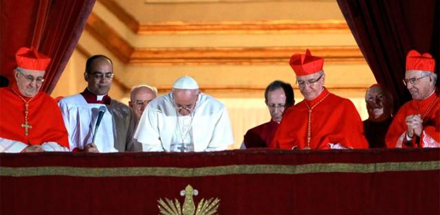 El Papa se inclina ante los congregados en la Plaza de San Pedro. | Efe