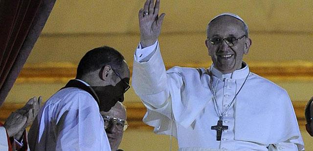 El Papa Francisco saluda, poco después de ser elegido, en el balcón de San Pedro. | Efe