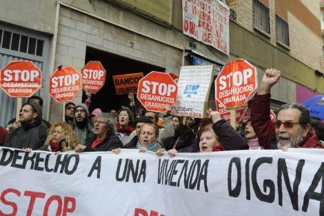 Manifestación contra los desahucios en Granada. | Efe