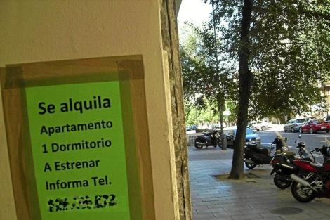 Cartel que anuncia un piso en alquiler en Madrid. | ELMUNDO.es