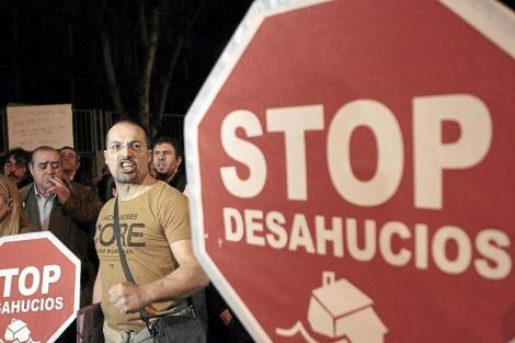 Varias personas se manifiestan en contra de los desahucios en Bilbao. | Efe