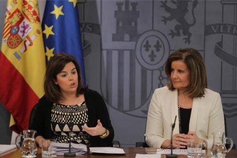 La vicepresidenta del Gobierno, Soraya Sáenz de Santamaría, y la ministra de Empleo, Fátima Báñez. | Paco Toledo