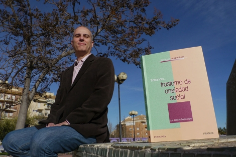 El profesor Luis Joaquín García López, junto a su libro. | M. Cuevas