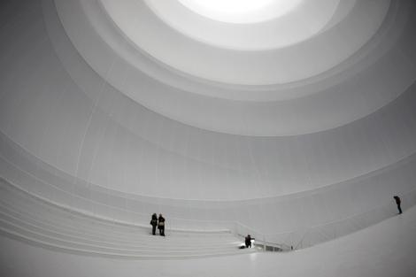 Personas dentro de la obra, que lleva por título 'Big Air Package'. | Reuters