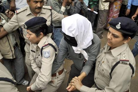 Una mujer violada en el momento de ser trasladada a un hospital en Gwalior.  Efe