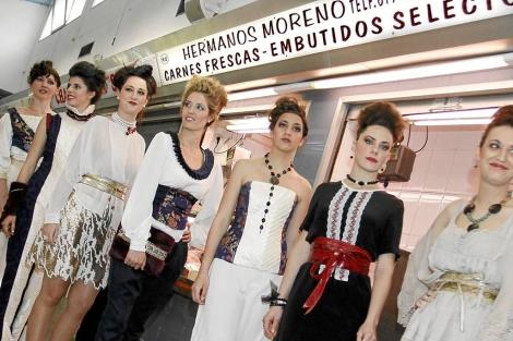 Las modelos, en el Mercado de Benalúa, este sábado. | Roberto Pérez